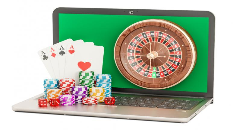 Ordenador, ruleta, cartas de poker monedas o chips